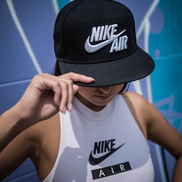 Look Nike în alb și negru